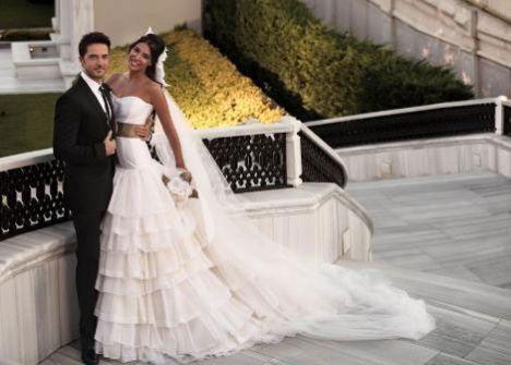 Gökhan Özen ve Selen Sevigen, önceki akşam Four Seasons Otel'de düzenlenen görkemli bir düğün töreniyle evlendi. Çiftin nikâh şahitliklerini Kemal Kılıçdaroğlu, Deniz Baykal, Semra Özal ve Ajda Pekkan yaptı.