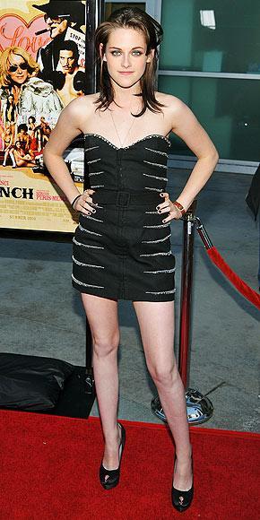 Stewart'ın Elbisesi Azarro imzalı.