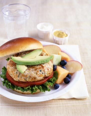 Sebze-burgerler Yağlı bir biftek ya da bir tabak mantı yerine bunu tercih etmenizin size ciddi miktarda kalori tasarrufu yaptıracağı kesinlikle doğru. Ama yine de; boyutu ve üzerine eklediğiniz soslara bağlı olarak sadece bir sebze-burger yiyerek, masadan tam 1000 kalori alarak kalkmanız mümkün.