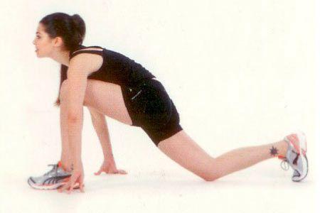 Ön bacak ve kalça kaslarını esnetme Bir bacağınızı dizinizi yere koyarak geriye uzatın, diğer bacağınızı öne omuz hizasına alarak ayağınızla yere basın. Gövdenizi de bu bacağa yaslayarak esneyin.