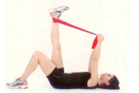 Arka bacak ve kalça esnetme Yere sırtüstü uzanın ve bir ayağınızın tabanıyla yere basın. Diğer bacağınızı 90 derece açıda tutarak bileğin arkasına sardığınız bant yardımıyla yavaşça ve dikkatlice kendinize doğru çekin.