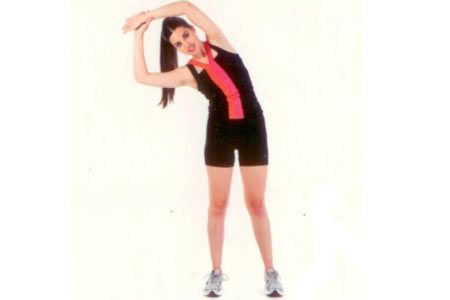 Kanat bölgesi esnetme Kolları yukarıda birleştirip yana doğru esneyin. Hareketi yaparken vücudunuzun öne doğru eğilmemesine dikkat edin.