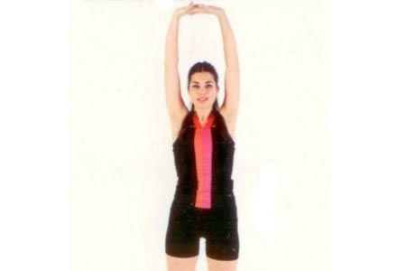 Tüm vücudu esnetme Ayakta dik bir şekilde, bacaklarınızı omuz açıklığında açarak durun. Ellerinizi yukarıda başınızın üzerinde birleştirin ve parmaklarınızın üzerinde kalkarak tüm vücudunuzla yükselin.