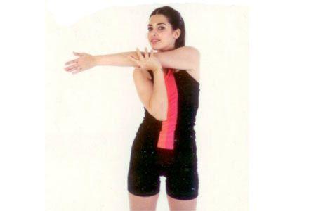 Omuz kaslarını esnetme Diğer kolunuzdan destek alarak omzunuzu çeneye yaklaştırmaya çalışın. Omuzu çeneye yaklaştırdığınızda sırt kaslarını da gerdirirsiniz. Eğer yaklaştırmazsanız sadece omuz bölgesi esner.