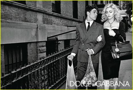 İtalyan sinemasının siyah - beyaz başyapıtlarından esinlenilen çekimlerde Madonna da kendi ikonlarından biri olan Anna Magnani'den ilham aldı.