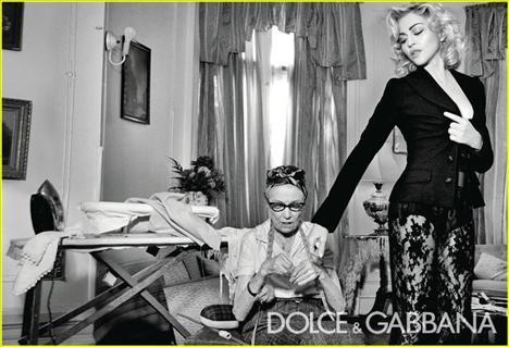 Sahne şovlarında ve kendi özel hayatında da Dolge & Gabbana tasarımlarını severek giyen Madonna, yeni sezonda da markanın imzası haline gelen korsajlar ve büstiyerler içinde yine her zamanki gibi son derece seksi ve kadınsı görünüyor.