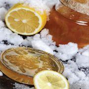 Limon reçeli  Malzemeler:     6 limon,    3 su bardağı tozşeker,    2 su bardağı su,    Yarım limonun suyu.  Hazırlanışı:   Limonların kabuklarını rendeleyin. Bir tencerede su kaynatın. Limonları içine aktarıp bekletin. Bu işlemi üç gün süreyle tekrarlayın. Üç gün sıcak suda bekleyen limonları dilimleyin. Üç bardak tozşekere 2 su bardağı su ilave ederek kaynatın. Dilimlediğiniz limonları ilave edip reçel kıvamına gelince yarım limon suyunu sıkarak ocaktan alın.