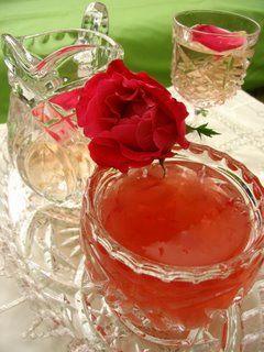 Gül reçeli  Malzemeler:  350 gr reçellik gül, 6 su bardağı tozşeker, 2.5 su bardağı su, 2 çorba kaşığı limon suyu  Hazırlanışı:   Reçellik güllerin yapraklarını ayıklayıp yıkayın ve süzün. Gül yapraklarını tencereye alıp şeker ve limon suyunu ekleyin. Hafif ovup yarım saat bekletin. Suyu ilave edip tencerenin ağzı açık olarak koyulaşıncaya kadar pişirin. Pişirme sırasında oluşan köpüğü kevgirle alın. Reçel kıvamına gelince tencereyi ateşten alıp soğutun. İyice soğuyan reçeli kavanozlara paylaştırın.