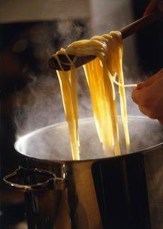 Haşlama   Haşlama yöntemiyle pişirme, yiyeceklerin sıvıda kaynama derecesine getirilerek pişirilmesidir. Haşlama sıvısı su, et suyu, tavuk suyu veya süt olabilir.   Haşlama yapmanın 2 yöntemi vardır:  1- Yiyecekler kaynar sıvıya eklenir ve tekrar kaynama noktasına getirilir. Sonra ısı azaltılır ve pişirmeye devam edilir.  2- Yiyecekler soğuk sıvıya eklenir, kaynatılır daha sonra ısı azaltılır ve pişirmeye devam edilir. Haşlama yöntemiyle pişirmenin amaçları, yiyeceklerin aromalarının korunması, sindirimlerinin kolay olması ve besin değerleri açısından güvenli olmalarıdır.