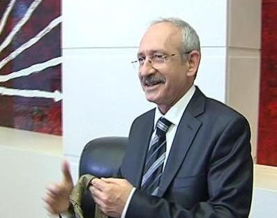 Kemal Kılıçdaroğlu: Güldüğünde dişlerinin gözüktüğü fotoğraf çok azdır. Dişleri düz bir çizgide sıralanmış, boyları hemen hemen eşit, kimi yerlerde yıpranmalar var; yani tam bir entelektüel gülüş örneği