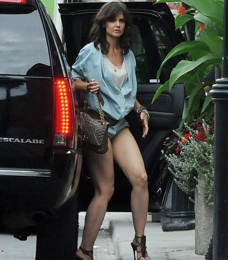 Katie Holmes'un giydiği kıyafet görenleri şaşırttı....