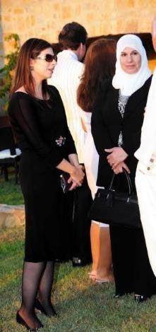 """69 yaşındaki Ürdün Prensi Ali Bin Nayef'ın eşi 30 yaşındaki Prenses Reema partiye siyah transparan kıyafet, pırlanta taşlı ayakkabısı ve mücevher tokalı kemeriyle katıldı ve güzelliğiyle göz kamaştırdı. Gece boyunca konukların gözlerini üzerinden ayıramadığı Reema, """"Sık sık Bodrum'a tatile geliyorum. Burada eşimin akrabalarıyla olmaktan çok mutluyum"""" dedi."""