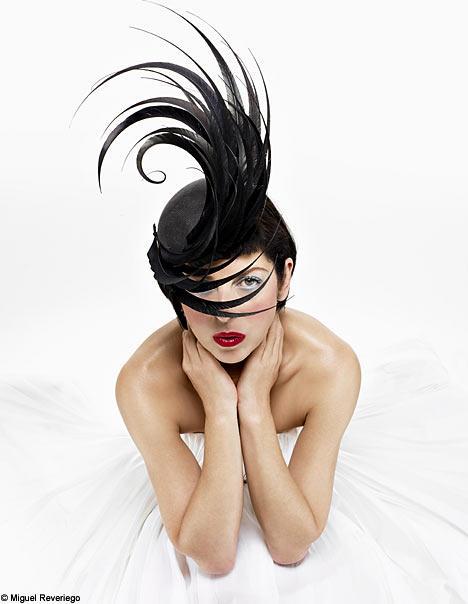 Sıradışı tarzın güçlü simgesi 2007 yılında intihar eden İngilizler'in moda ikonu, Tatler Genel Yayın Yönetmeni Isabella Blow; abartılı şapkaları, yüksek topuklu ayakkabıları ve kırmızı rujuyla sıradanlığa meydan okudu, renkli ve egzantrik giyim tarzıyla hep şaşırttı.
