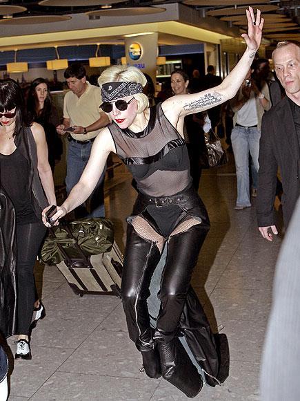 """Ünlüler farklı olmayı seviyor!  """"Bu da moda mı?"""" dedirten uçuk kıyafetleri, sıra dışı saç modelleri ve aksesuarlarıyla Lady Gaga, geçenlerde Heathrow Havaalanı'nda sıcak havaya rağmen giydiği deri kıyafetleriyle basının ilgi odağı oldu. Twitter'daki sayfasına, """"Yaz olması umurumda değil; deri, yüksek topuklar ve kötü davranışlar. İşte ben geliyorum!"""" yazdı."""