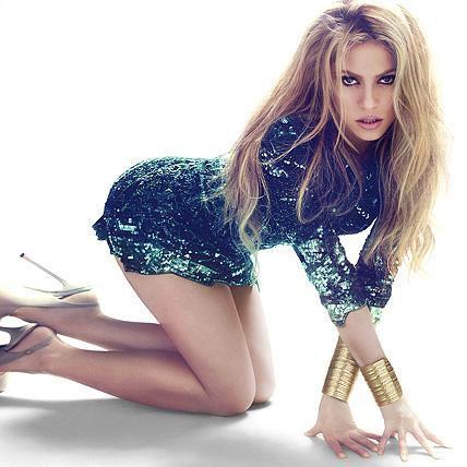 Shakira kısa boyuna rağmen oldukça seksi...