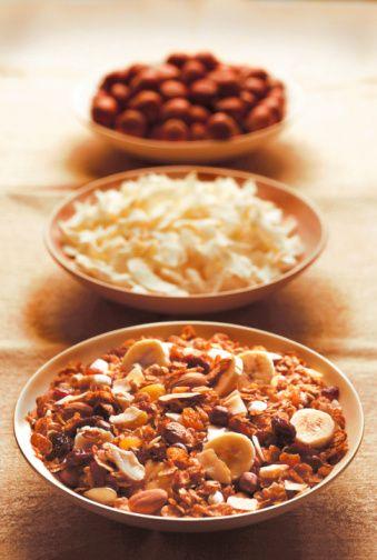 Çerezler & Ezmeleri  Badem ezmesi: Fıstık ezmesine alternatif bir lezzet. Badem: Açlığı önleyici bu bağışıklık güçlendiriciler birer protein bombası. Fıstık ezmesi: Klasik bir sandviç içeri olmasının yanı sıra elma dilimleri, muz ve kereviz saplarıyla da iyi gidiyor. Ay çiçeği tohumları: E vitamini deposu. Salata, çorba, ve kahvaltılık gevreklere ekleyebilirsiniz. Ceviz: Birkaç tane parçala ve salata, yoğurt ve kahvaltılık gevreklere ekle.