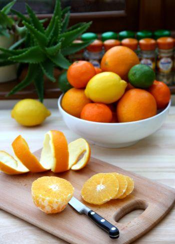 Meyveler  Konserve veya kavanoz: Mandalina, şeftali, ananas. Şuruplu olanları tercih etme. Salata veya sade yoğurda karıştırarak ya da olduğu haliyle tüket. Taze ve / veya kurutulmuş: Elma, kayısı, muz, turunçgiller, üzüm ve kuru üzüm. Dondurulmuş: Tüm böğürtlenler, kiraz ve vişne. Yoğurt ve buzla karıştırarak leziz bir smoothie yapabilirsin.  Sebzeler  Konserve veya kavanoz: Enginar, mısır, sarımsak (tazesinden daha uzun ömürlü olur), yağlar (siyah veya yeşil), domates küp doğranmış)  Taze: Pancar, kereviz, soğan, patates, taze soğan, tatlı patates. Tamamı uzun ömürlüdür ve saklanabilir. Donmuş: Kuşkonmaz, brokoli, Brüksel lahanası, havuç, ıspanak ve karışımları.  Baklagiller Konserve, düşük sodyumlu: Siyah, kuru fasulye, bezelye, barbunya ve kırmızı fasulye; börülce; nohut ve mercimek protein ve lif bakımından mükemmel kaynaklardır. Sodyum içeriğini azaltmak için önce durula, sonra kepekli tortillaya sar veya salata, çorba ve makarnalara ekle.