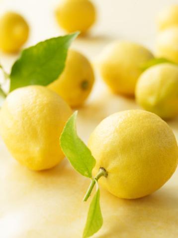 1. Limon Sadece kokusu bile ferahlatmaya yetiyor. Limon suyunun canlandırma ve metabolizmayı harekete geçirme etkisi var. Limonun kendisiyse bolca magnezyum içeriyor.  Öneri: Soğuk maden suyuna damlatılan limon suyu yaz sıcaklarına karşı birebir...  2. Yoğurt Serinlik hissi veren yoğurt, bağırsaklara zindelik veriyor. Yoğurt bağırsakta faydalı bakterilerin yerleşmesine ve hastalıklara yol açan mikropların yok edilmesine yardımcı oluyor. Ayrıca yolculuklarda oluşabilen ishallerden sonra bağırsak florasını onarıyor.  Öneri:  Unutmayın, sade yoğurt, meyveli yoğurttan daha sağlıklı.   3. Domates  Yüzde 95 oranında su içeren domates, serinleten bir sebze. Domateste bol miktarda magnezyum, potasyum ve kalsiyum; ayrıca vitamin ve lif bulunuyor.  Öneri:  İspanya'da yaz aylarında domatesle hazırlanan, soğuk çorba 'gazpacho' çok fazla yeniyor. Çorbadaki tuz, mineralleri de dengeleniyor. Siz de deneyin!