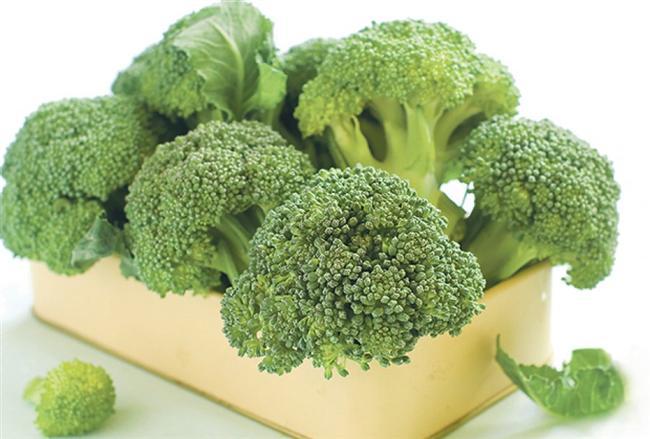 48. Brokoli Brokoli, bir demir tedarikçisidir. Demir, vücudun oksijenle beslenmesini sağlıyor. Brokolideki B vitamini sinirleri güçlendiriyor.  Öneri: Çam fıstığıyla birlikte çok lezzetli olur. 49.Tavuk Kümes etinde bol miktarda niyasin bulunuyor. Bir B vitamini olan niyasin, karbonhidratların enerjiye dönüştürülmesi için gerekli.  Öneri: Tavuk etini iyice piştiğinden emin olarak tüketin.   50. Acı biber Acının neşelendirdiğini biliyor musunuz? Çünkü acı biberdeki kapsaisin adlı madde, dilin üzerinde acı veren küçük uyarılara yol açıyor. Bunun sonucunda mutluluk hormonu salgılanıyor.  Öneri:  Fazlası mide bağırsak mukozasına zarar verebilir.