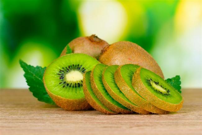 4. Kivi Kivideki meyve asitleri vücudu canlandırıyor. İçeriğindeki meyve şekeri hemen kana karışarak enerji veriyor.  Öneri: Kiviyi süt ürünleriyle birlikte tüketmeyin, çünkü tadı acılaşır.   5. Frenk üzümü Bu minik 'güç topları' bolca C vitamini içeriyor. Bu da capcanlı hissetmenizi sağlıyor.  Öneri: Mideniz hassas ise Frenk üzümünü, lor ya da kaymakla birlikte tüketin.   6. Portakal Geleneksel Çin tıbbına göre portakal, yaz aylarında terlemeyle birlikte oluşan nem kaybının dengelenmesine yardımcı oluyor. Çünkü portakal vücutta nem dengesini artırıyor.  Öneri: Güne taze sıkılmış portakal suyuyla başlayın.
