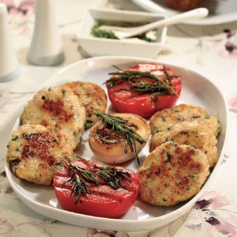 Izgara tavuk köftesi  Malzemeler:     4 soğan,    8 domates,    10 dal taze biberiye,    1 çay bardağı zeytinyağı.  Köfte için:     1 kg tavuk kıyması,    3 soğan,    6 dilim bayat ekmek içi,    1 yumurta,    6 dal maydanoz,    1 çay kaşığı köri,    tuz,    karabiber. br> Sos için:     3 çorba kaşığı zeytinyağı,    1 çorba kaşığı kıyılmış maydanoz,    1 tatlı kaşığı tane kırmızıbiber,    3 diş ezilmiş sarımsak.  Hazırlanışı:   Köfte için soğanları soyup rendeleyin. Maydanozları kıyın. Ekmek içini ufalayın (veya rendeleyin). Tavuk kıyması, soğan, ekmek içi, yumurta, maydanoz, köri, karabiber ve tuzu çukur bir kaba alıp yoğurun. Hamurdan ceviz iriliğinde parçalar koparıp elinizde yassılaştırın. Üzerlerine yağ sürün. Soğanları soyup ortadan ikiye kesin. Domatesleri soyup ortadan ikiye kesin. Soğan, biberiye ve domatesleri zeytinyağında bekletin. Köfte, soğan, biberiye ve domatesleri ızgara ya da mangalda iki taraflı pişirin. Sos için zeytinyağı, sarımsak, maydanoz ve tane biberi bir kasede karıştırın. Köfteleri sos ile servis yapın. Dilerseniz sosu kızarmış ekmeklerin üzerine sürüp köfteleri üzerine yerleştirin ve servis yapın.