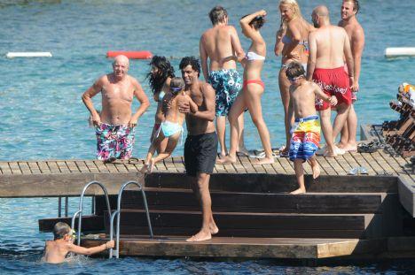 Pierre Van Hooijdonk  Hollandalı futbolcu ve Fenerbahçe'de de forma giyen Pier Van Hooijdonk ailesi ile geldiği yalıkavak xuma beach da denize balıklama atladı. Hala formda olduğu gözlenen ve yeşil sahalarda istese yine top koşturabilecek olan Hooijdonk bol bol denize girip ailesi ile dinlendi.