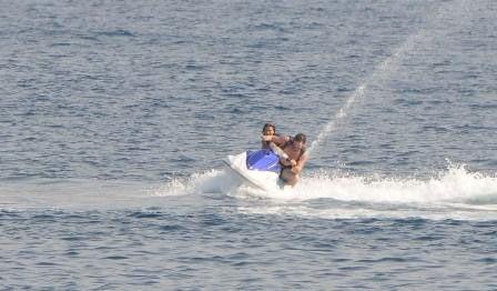 Bodrum'daki tatiline devam eden Kıvanç Tatlıtuğ, önceki gün Xuma Beach'de ablası İpek Tatlıtuğ ile jet-ski'ye binerken görüntülendi.