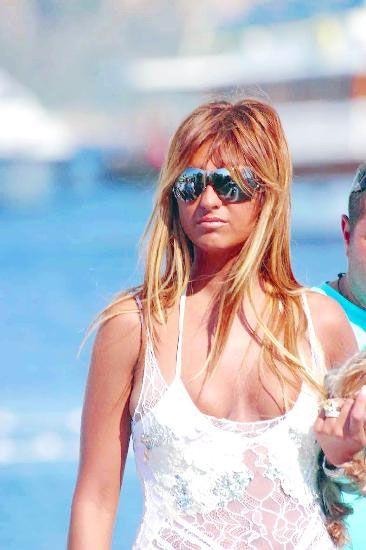 Sürekli Paris Hilton ile karşılaştırılmak sizi rahatsız ediyor mu ?  İnsanlar bizi benzetiyor olabilir ama ben kendimi benzetmiyorum. Yaşam tarzımı ve hayata bakışımı farklı görüyorum. Örneğin; onun uçuk hayat tarzı benimkiyle tamamen zıt.