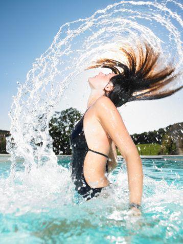 Bu karada yapılan sekiz hareketle çok daha seksi bir vücut elde edebilirsin. Lafayette Indiana'daki Indy Swimfit'de bulunan Yüzme Koçu Kris Houchens tarafından hazırlanan bu hareketler, daha da mükemmel bir vücuda sahip olmanı sağlayacak. Bu egzersizle yüzücülerin o şahane ve seksi bedenlerine kavuşacak, yüzerken çalışmayan o birkaç kas grubunu çalıştıracak ve daha güçlü kulaçlara sahip olacaksın. Hareketleri, haftada iki-üç kez havuzdan çıkar çıkmaz uygula. İster spor ayakkabı giy ister giyme, yere bir havlu ser ki ayağın kaymasın.