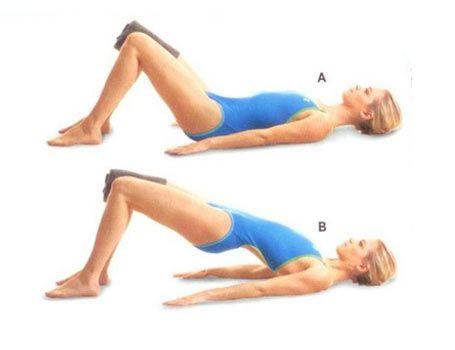 5/ GLUTE BRIDGE WITH KNEE SQUEEZE Dizlerini kırıp ayaklarını yere koyarak sırtüstü yere uzan. Dizlerinin arasına katlanmış bir havlu yerleştir. Hareketi uygularken havlu orada kalmalı (A). Kalçanı yukarı kaldırınca vücut omuzlardan dizlere bir düzlem oluşturmalı. Havlunun kaymamasına dikkat et (B). Pozisyonu koruyup kalçanı tekrar yere indir. 12 kez tekrar et.