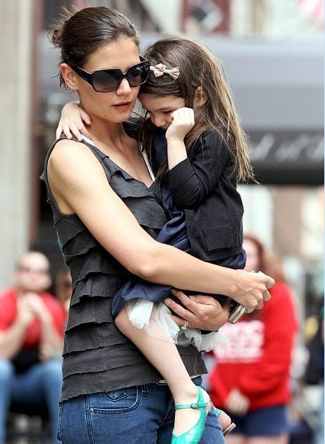 Tom Cruise- Katie Holmes çiftinin kızları Suri annesinin kucağından inmiyor...
