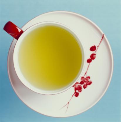 Yağ depolamasını azaltmak için yeşil çay için! Yeşil çay, hem ödemden kurtulmaya yardımcı olur hem de yağ depolanmasını azaltır. Ancak su içmeyip, sadece yeşil çay içmek de doğru değil. Çünkü yeşil çay, vücut suyunu azaltacağından dolaşım problemleri ortaya çıkabiliyor.