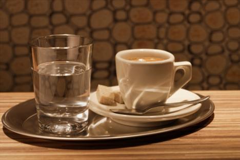 Kafeini abartmayın, su içmeyi unutmayın!  Kafein, uzun yıllar selülitin sorumlusu olarak gösterildi; fakat son yıllarda yapılan çalışmalar bunun aksini söyler nitelikte. Hatta bazı selülit tedavilerinde kafein kullanılıyor. Kahvenin, idrar çıkışını artırma etkisi olduğundan, yeterince su tüketilmiyorsa, dolaşım problemleri kaçınılmaz oluyor. Sağlıklı beslenmede günlük 200 mg. kafein alımı gerekiyor. Bu da ortalama iki fincan kahveye ya da altı bardak siyah çaya denk geliyor.