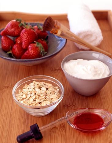 Baharat ve aromaları azaltın… Yemeğinize çok fazla baharat ve aroma eklerseniz açlık hormonlarınızı harekete geçirirsiniz. Böylece de doyduğunuzun farkına varmaz ve yemeye devam edersiniz. Yapılan araştırmalar gösteriyor ki; kırmızı biber, paprika ya da biber gibi acı tatlar daha az yemenize neden oluyor. Yağlarla dost olun