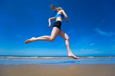 Spor yapmayı ihmal etmeyin… Fiziksel aktivite, selülitle mücadele için çok önemli, özellikle yürüyüş, koşu, bisiklet gibi egzersizler düzenli olarak yapıldığında hem oluşmuş selülitlerden kurtulmaya yardımcı oluyor hem de yenilerinin oluşumunu engelliyor. Yüzme ile suda yapılan egzersizler, selülite en kısa sürede etki eden ve azaltan egzersizler oluyor. Aslında önemli olan oluşmuş selülitlerden kurtulmakla birlikte yeniden oluşmalarını önlemek.