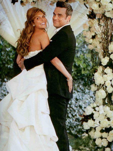Dünyaca ünlü İngiliz şarkıcı Robbie Williams, geçtiğimiz günlerde Los Angeles'taki malikanesinde Türk kızı Ayda Field ile evlendi. Çift, düğün heyecanını sadece Hello! dergisi ile paylaştı.