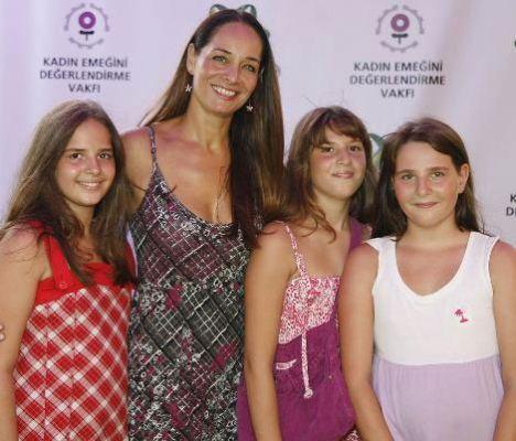 """Neşe Erberk, üçüz kızlarıyla birlikte Ariel'in başlattığı """"Çocuklarımız için Bayramda Tertemiz Giysiler"""" kampanyasına destek verdi."""
