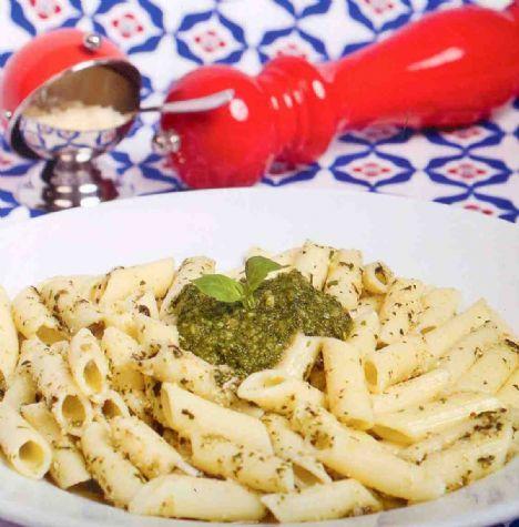 Pesto soslu penne  Malzemeler:  1 paket kalem makarna, 2 paket fesleğen, 50 gr dolmalık fıstık, 3-5 diş sarımsak, 90 gr rende taze kaşar veya parmesan peyniri, 50 ml sızma zeytinyağı, 1 çay kaşığı tuz, 1 çay kaşığı karabiber, 50 ml su.  Yapılışı:   Dolmalık fıstık 1 kaşık zeytinyağı ile kavrulur. Fesleğen ayıklanır, zeytinyağı, sarımsak, tuz, biber, peynir, fıstık ve su robottan geçirilerek pesto hazırlanır. Makarna paket üzerindeki pişirme süresine göre hazırlanır, süzülür, sudan geçirilmeden sos ile karıştırılır.