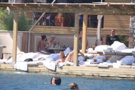 Vedat Behar, Meltem Tahrancı  Panda Dondurma'nın sahibi Vedat Behar sevgilisi Meltem Tahrancı ile birlikte hafta sonu tatili için Bodru'mu seçtiler. İşlerin yoğunluğu nedniyle yaz tatiline geç çıkan çift, hafta sonunu Bodrum'da geçirip tekrar işlerinin başına İstanbula dönecek.