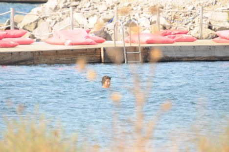 Zeynep Sicimoğlu, Berna Güler  Çok dikkatliler  Berna Güler kardeşi Zeynep Hanım ile birlikte Bodrum'da tatil yapıyorlar. Berna Hanım denizde yüzerken Zeynep Hanım ise kitap okumayı tercih etti. Tatilde fotoğrafları çekilmesin diye pür dikkat etrafa bakan Berna Hanım bu tedbirli davranışına rağmen görüntülenmekten kurtulamadı.