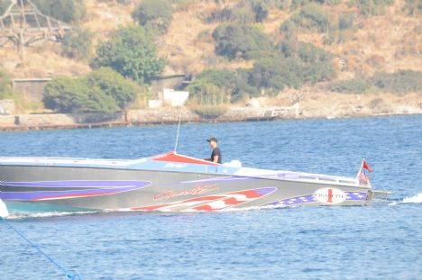 Saruhan Tan  Deniz tutkusu  Of Shore yarışların katılan Saruhan Tan normal günlerinde de sürat teknesi ile Borum'da keyif yapıyor. Bodrum açık sularında hız denemeleri yapan Saruhan Bey, deniz tutkunsundan kendini alamıyor.