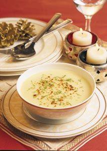 Yoğurtlu kabak çorbası   4 kişilik - Pişirme Süresi: 25 dk - Hazırlama Süresi:10 dk  Malzemeleri:  3 kabak, 3 soğan, 3- 4 dal dereotu, 2 çorba kaşığı margarin, 6 su bardağı su, 1 kase yoğurt, 1/2 su bardağı un, kırmızı toz biber, tuz.   Hazırlanışı:   Kabakları temizleyip küp küp doğrayın. Dereotunu kıyın. Soğanları soyup küçük küçük doğrayın. Margarini tencerede eritip soğanları pembeleşinceye kadar sote edin. Kabakları soğana ekleyip birkaç dakika kavurun. Tuz ve su ilave edip kısık ateşte 20 dakika pişirin. Blender'den veya tel süzgeçten geçirip büyük servis kasesine alın. Ayrı bir kapta yoğurt ve unu birbirine yedirerek pürüzsüz bir karışım haline gelinceye kadar karıştırın. Çorba suyundan 1 kepçe alıp karışıma ilave edin ve iyice çırpın. Hazırladığınız yoğurtlu karışımı çorbaya azar azar dökerek ve sürekli karıştırarak ekleyin. 3 dakika daha kaynatıp ateşten alın. Kırmızı toz biber ve dereotu ile süsleyip servis yapın.