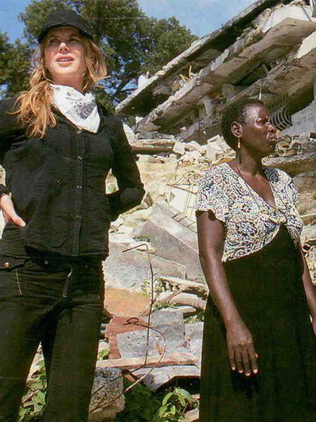 Oscar'lı oyuncu Nicole Kidman, ocak ayında gerçekleşen depremle büyük yıkım yaşayan Haiti'ye gitti ve burada kadınları barınaklarında ziyaret etti. Kidman'ın Birleşmiş Milletler Kadınları Güçlendirme Fonu (UNIFEM) temsilcisi olarak yaptığı ziyaretti Hello! dergisi görüntüledi.