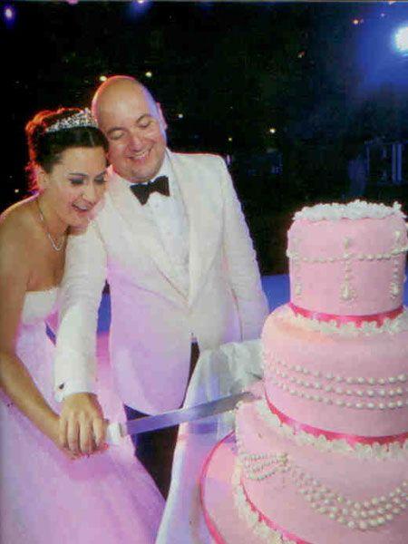 Özüm Oğuzbayır- Hüseyin Atınç çifti nikah kıyıldıktan sonra ilk dansı yaptı. Çiftin düğün pastaları da düğün törenleri kadar renkliydi. Pembe renkteki inci süslemeleriyle dikkat çeken pastayı genç çift heyecanla kesti.
