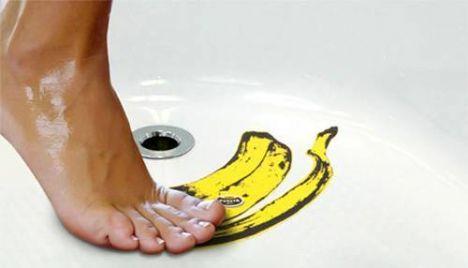 Banyoda ayağınızın kaymaması için espirili çıkartmalar...