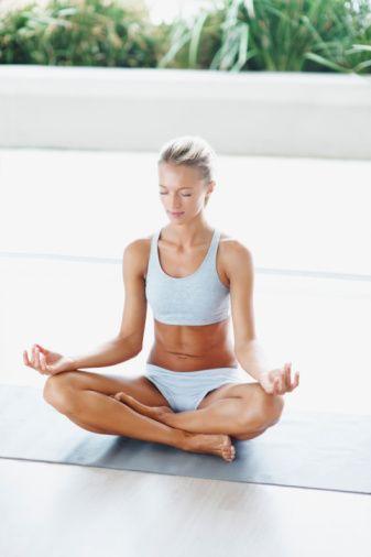 Gevşeme seansları: Araştırmacıların önerisi, her gün birkaç dakika derin nefes çalışması ya da meditasyon benzeri gevşeme seansları yapmamız. Hem konsantrasyon, hem dinlenmenin bir arada gerçekleşmesinin beyni canlandırdığı ve beyin hücrelerinin yeni bağlantılar geliştirmesine yol açtığı düşünülüyor. Ayrıca beyin, dinlenme esnasında daha kolay hatırlıyor.