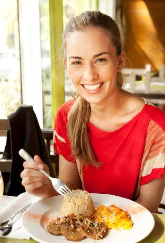 4) Ekstra masraf: Dışarıda yemek   Hafta sonları dışarıda yemek yiyip, restorandan kafeye oradan da akşam yemeği için başka bir mekana gidiyorsunuz. (Haftada 120 TL)  Ekonomik öneri: Dışarıda yiyip içmek yerine internetten ilginç yemek ya da kokteyl tarifleri bulup evde hazırlayabilirsiniz. Tam olarak istediğiniz gibi olmasa da çok keyifli zaman geçireceğiniz kesin! (Haftada 30 TL)