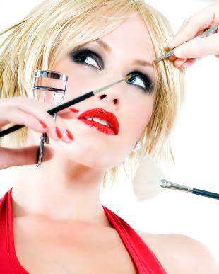 8) Ekstra masraf: Kozmetikler  Her çıkan yeni ürüne ve renge kapılıyor, bitmeden yenisini alıyorsunuz. Mis kokulu rengarenk kozmetik mağazalarından eliniz boş çıkmıyorsunuz. (Ayda 80 TL)  Ekonomik öneri: Kozmetik alışverişi sırasında hesaplı ve kaliteli yerli seçeneklere göz atmayı ihmal etmeyin... Eğer ihtiyacınız yoksa mağazaya girmeyin bile! (Ayda 25 TL)