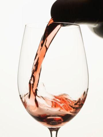 5) Ekstra masraf: Şarap  Arkadaşlarınızla barda içerken bir kadeh şaraba ortalama 15 TL ödediğinizi unutmayın. (Bir kadeh 15 TL) Ekonomik öneri: Bir ev partisinde şişesi 25 TL olan bir şarabı içmeyi tercih etmeniz çok daha hesaplı olabilir. (Bir şişe 25TL)