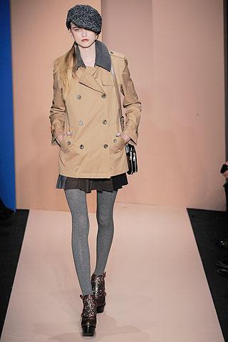 Şimdilerde moda, entelektüel olmak. Kedi bakışı gözlüklerden ve ceketlerden hiç olmadığı kadar çok hoşlanıyoruz.  DKNY